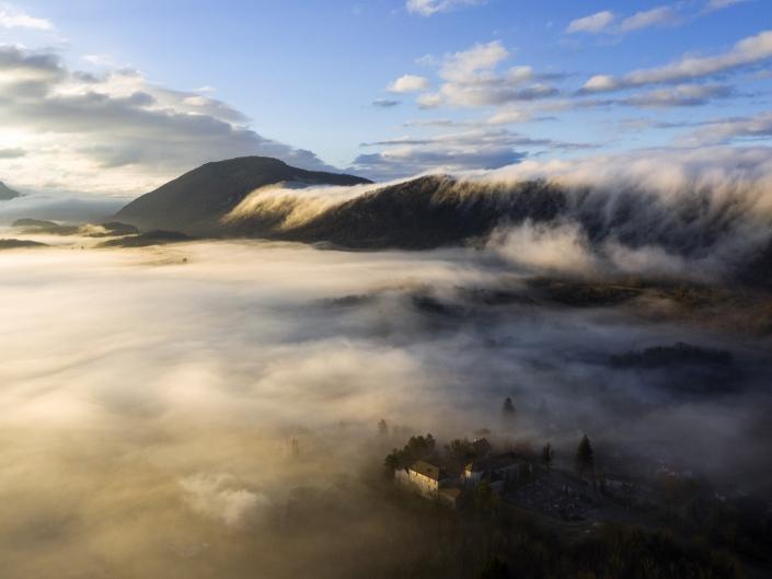 Déversoir de brume au-dessus de Conzieu dans le Bugey au lever de soleil