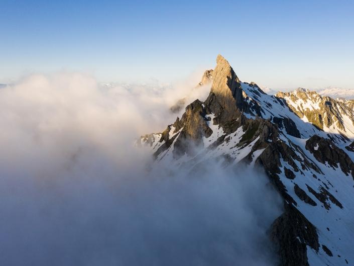 La Pierra Menta, symbole du Beaufortain, accrochée par la brume