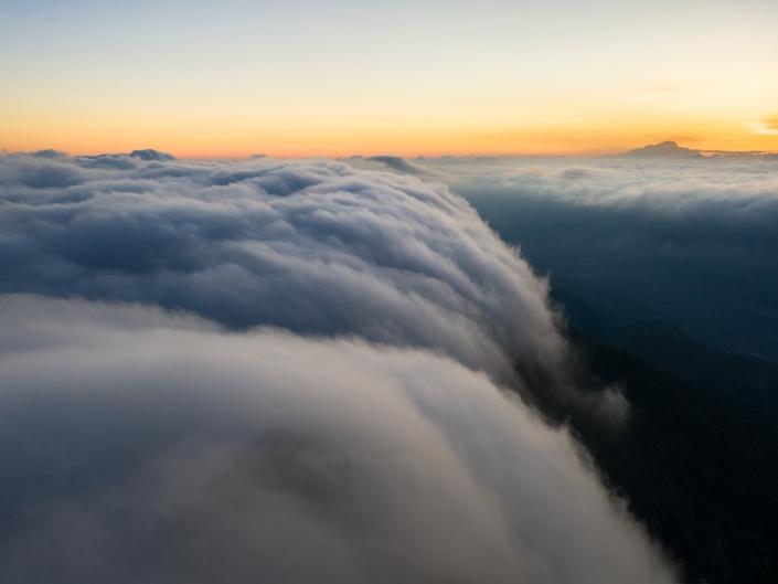 Mer de nuages en chartreuse au lever du jour