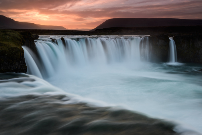 Cascade de Godafoss en Islande au coucher de soleil