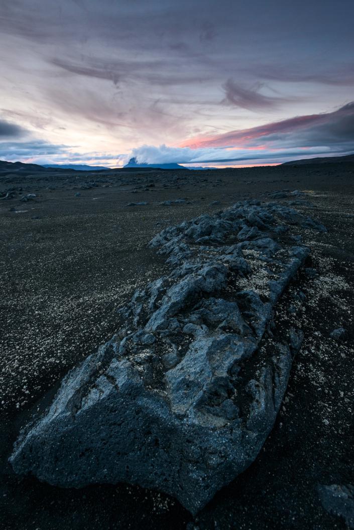 Le long d'une piste islandaise au coucher de soleil