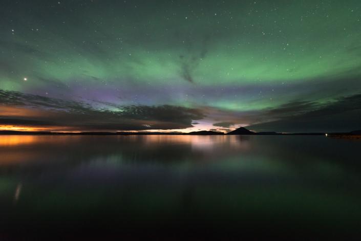 Aurores boréales au-dessus du lac myvatn en islande