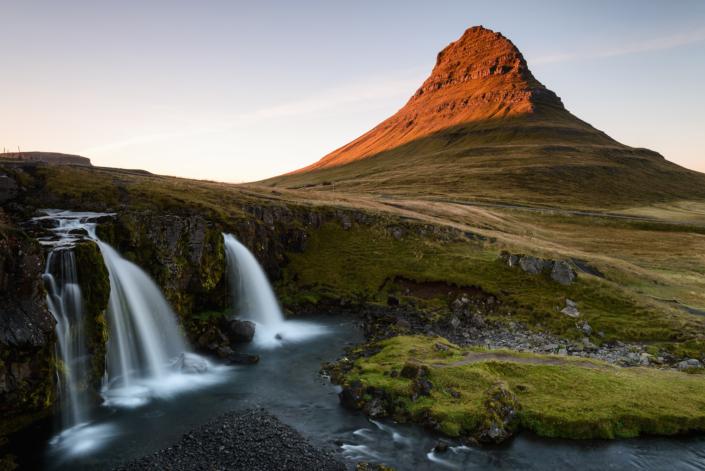 Kirkjufell en Islande au coucher de soleil
